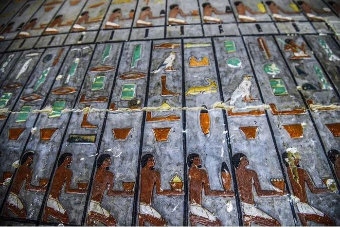 Mısır Eski Eserler Bakanlığı, renkli ve şaşırtıcı derecede iyi korunmuş 4.000 yıllık bir mezarı keşfettiklerini açıkladı