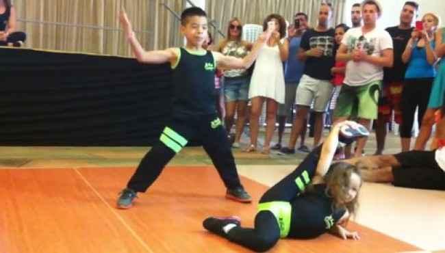 Dünya Salsa Şampiyonu Olan 6 ve 7 Yaşındaki Çocukların Muhteşem Dans Gösterisi
