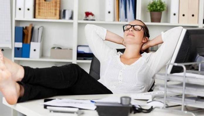 Japonya'da iş yerinde uyumak çok çalışmanın bir göstergesi olması sebebiyle kabul edilebilir bir davranıştır.