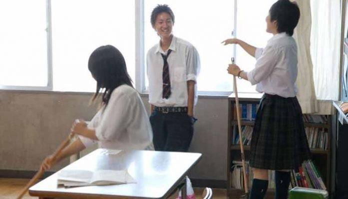 Japonya'da öğrenciler ve öğretmenler kantin ve kafeterya gibi alanları birlikte temizlerler.