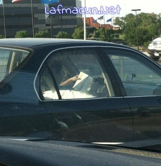 Hem kitabımı okur hem kahvemi içer hemde arabamı sürerim.