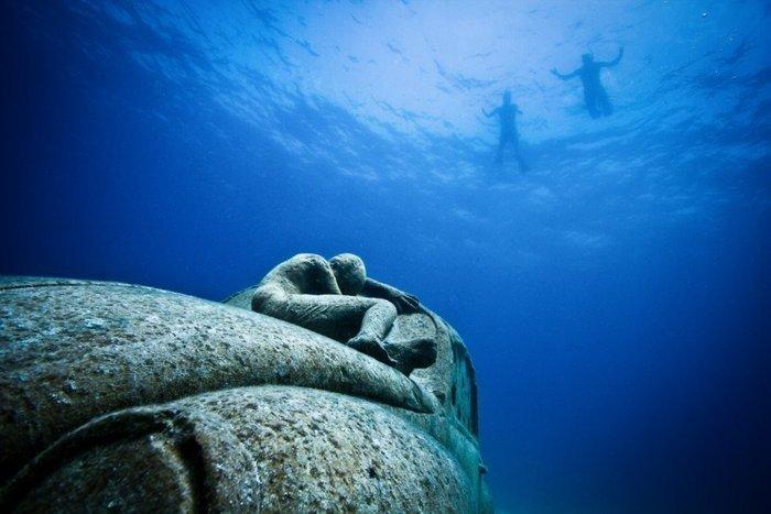 Suyun içindeki heykeller