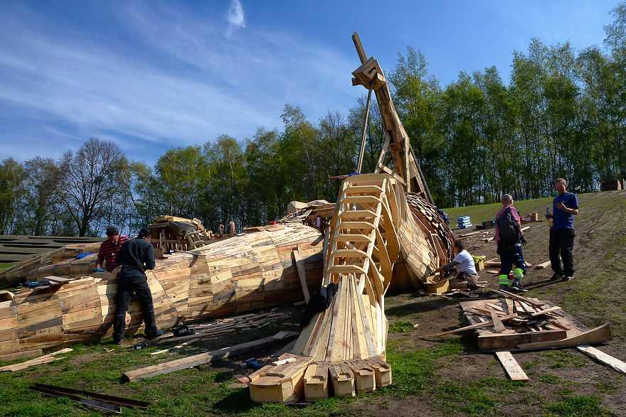 Belçika Ormanlarındaki Harika Ahşap Dev Troller